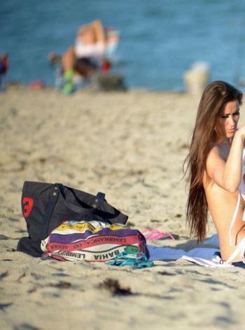 花花公子女郎沙滩换装 手遮豪乳大尺度